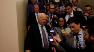 """El senador John McCain habla con la prensa tras votar contra la derogación del """"Obamacare"""", el 28 de julio de 2017 en Washington."""