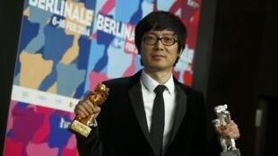Đạo diễn Trung Quốc Điêu Diệc Nam với hai giải Gấu Vàng và Gấu Bạc cho bộ phim Black Coal Thin Ice ( Bạch Nhật Diễm Hỏa) tại liên hoan phim Berlin ngày 15/2/2014.