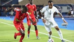 Jordan Ayew (direita), avançado do Gana, apontou o primeiro tento do encontro frente à Guiné-Bissau.