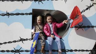 Niños con banderas de Albania y Kosovo durante una celebración del aniversario de la declaración de independencia de Kosovo, Pristina, 17 de febrero de 2016.