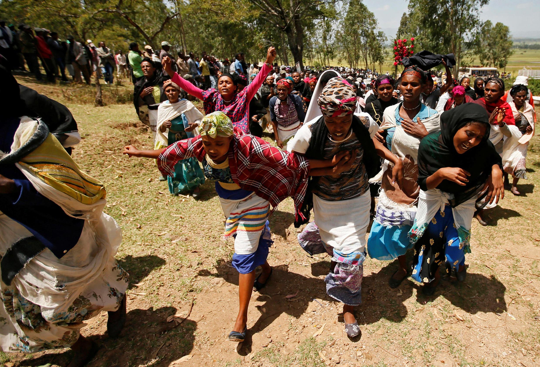 Des femmes en deuil après la mort de dizaines de personnes, lors d'un mouvement de foule dans un festival oromo, à Bishoftu, le 3 octobre 2016.