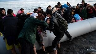 Мигранты прибыли на греческий остров Лесбос