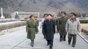 Lãnh đạo Bắc Triều Tiên Kim Jong Un đi thăm bộ tư lệnh Lực lượng Tên lửa Chiến lược của quân đội Bắc Triều Tiên. Ảnh không ghi ngày do hãng tin KCNA tại Bình Nhưỡng cung cấp ngày 03/03/2012.