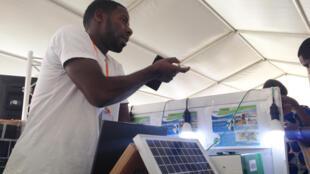 Amadou Tidiane Diallo, fondateur d'Energie du ciel Guinée présente ses kits solaires lors du forum Sahelinnov.