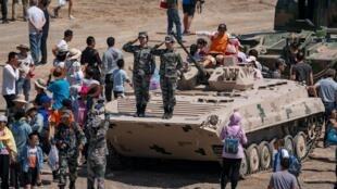 """""""国际军事比赛2019""""在新疆库尔勒环节的开幕式,观众拍照下的解放军"""