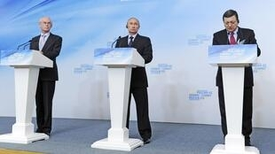 Vladimir Poutine, le président russe, entouré d'Herman Van Rompuy, président du Conseil européen (g.) et de José Manuel Barroso, président de la Commission européenne (d.), ce mardi 4 juin à Ekaterinbourg, en Russie.