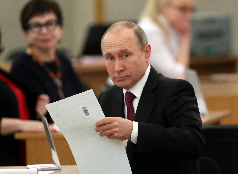 Владимир Путин на избирательном участке в Российской академии наук в Москве, 18 марта 2018 года.