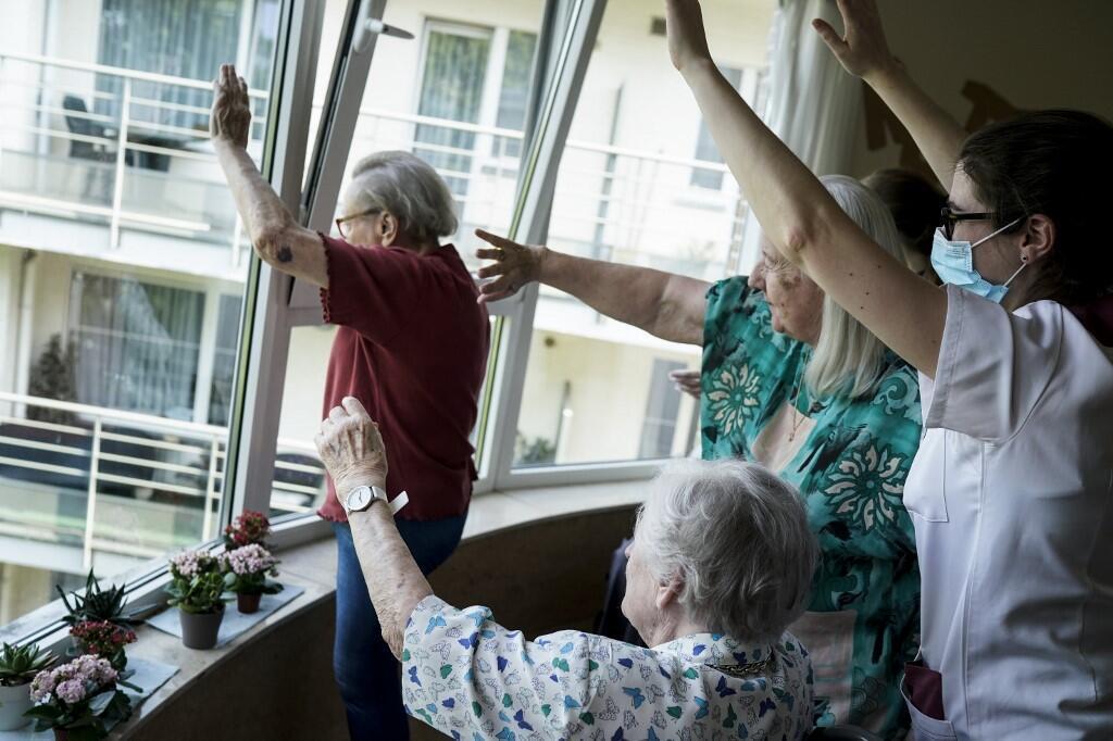 Des membres du personnel et des résidents saluent leurs familles à la maison de retraite. (Photo d'illustration)