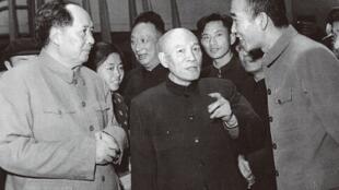 1958年4月,毛泽东在武汉与李达见面,右一为王任重。