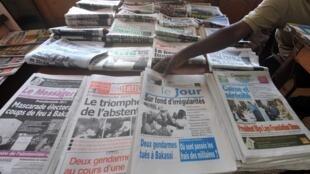 Des journaux, dont le quotidien «Le Jour», exposés dans un kiosque à Yaoundé, le 10 octobre 2011.