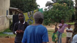 En Guinée forestière les équipes de sensibilisation à Ebola ont souvent été confrontées à l'hostilité des habitants.