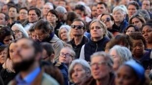很少能有一座历史宗教建筑物像巴黎圣母院那样把世人之心凝聚在一起。巴黎,4月17日,无数的人在外围观望遭遇火劫的圣母院。