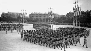 Le 14 juillet 1939, les troupes coloniales, massivement constituées de tirailleurs africains, défilaient sur les Champs-Elysées à Paris.