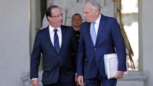 O presidente francês ,François Hollande (e), e o primeiro-ministro, Jean-Marc Ayrault, no Palácio do Eliseu nesta segunda-feira, 19 de agosto de 2013.