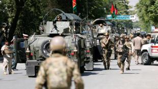 Les forces de sécurité afghanes se rendent sur les lieux où des attaques coordonées ont été menées par l'EI et les talibans à Kaboul, le 9 mai 2018.