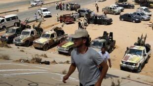 Rebeldes preparam-se para invadir Sirte, onde Kadafi pode estar escondido.