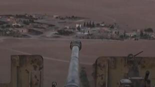Une capture d'écran montre un canon appartenant vraisemblablement à l'OEI surplombant les villages pendant les combats près de la ville kurde de Kobane, le 23 septembre 2014.