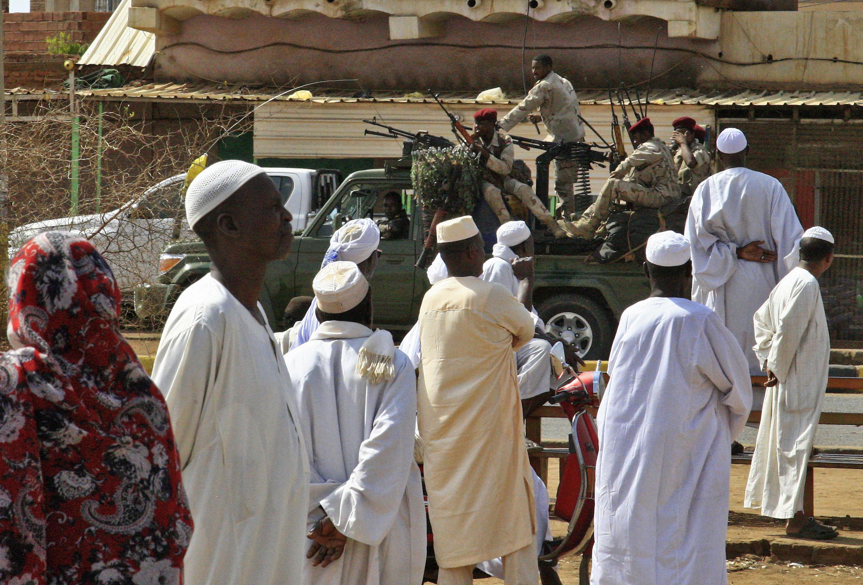 Integrantes das forças de segurança do Sudão patrulham as ruas da cidade de Omdurman, em frente de Cartum, nesta quarta-feira 5 de junho de 2019.