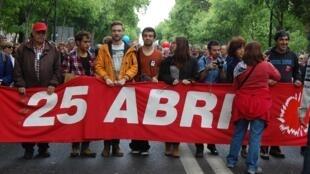 Les participants à la marche du 25 avril 2019 dans Lisbonne à l'occasion du 45e anniversaire de la révolution des oeillets scandaient «Fascisme, plus jamais!».