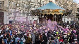 O fim de semana foi marcado por manifestações em vários países europeus contra as medidas sanitárias. Em Marselha, no sul da França, 6.500 pessoas participaram de um Carnaval fora de época.