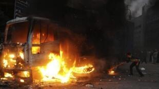 Un véhicule brûle place Tahrir où de violents affrontements ont opposé les jeunes et la police ce samedi 19 novembre 2011.