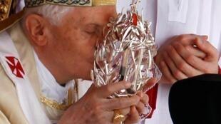 Papa Benedict XVI akibusu bilauli iliyowekwa damu ya Marehemu Papa John Paul II