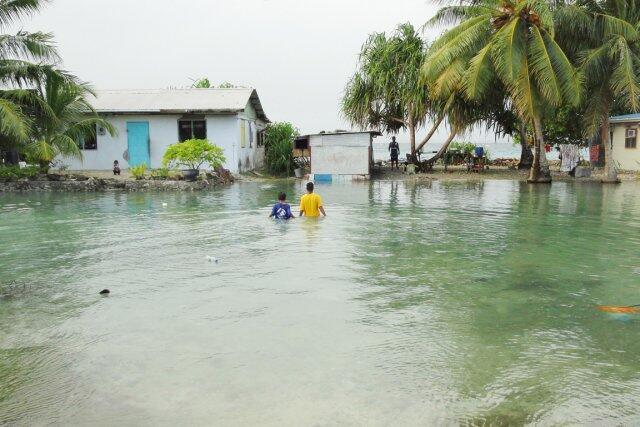 Nằm cách mặt nước biển khoảng một mét, quần đảo Marshall có nguy cơ biến mất trong những thập niên tới. Trong ảnh, thủy triều xâm nhập khu dân cư. (AFP)