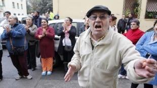 Vizinhos protestam contra o despejo de uma mulher desempregada, em Valência, na Espanha, na quinta-feira (15).