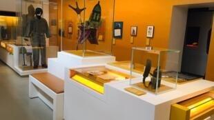 Nhiều bộ quân phục của các vị tướng, chỉ huy, binh sĩ và vật dụng cá nhân của những người tham gia kháng chiến được trưng bày trang trọng tại bảo tàng.
