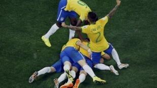 Wachezaji wa Brazil washangilia bao dhidi ya Croatia