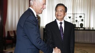 Вице-президент США Джо Байден пожимает руку китайскому премьеру Вэнь Цзябао