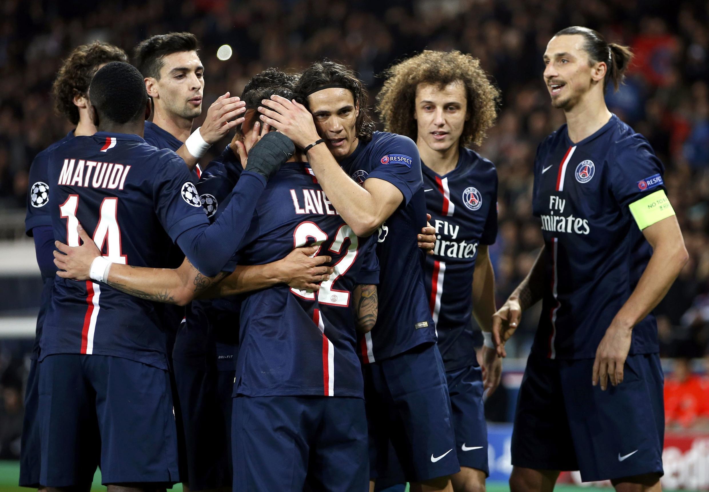 Jogadores do PSG comemoram gol contra o Ajax na vitória que confirmou liderança do grupo F na Liga dos Campeões.