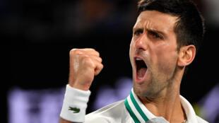 Foto tomada el 21 de febrero de 2021, del serbio Novak Djokovic celebrando un punto contra el ruso Daniil Medvedev durante la final de individuales masculinos en el  torneo Abierto de Australia en Melbourne