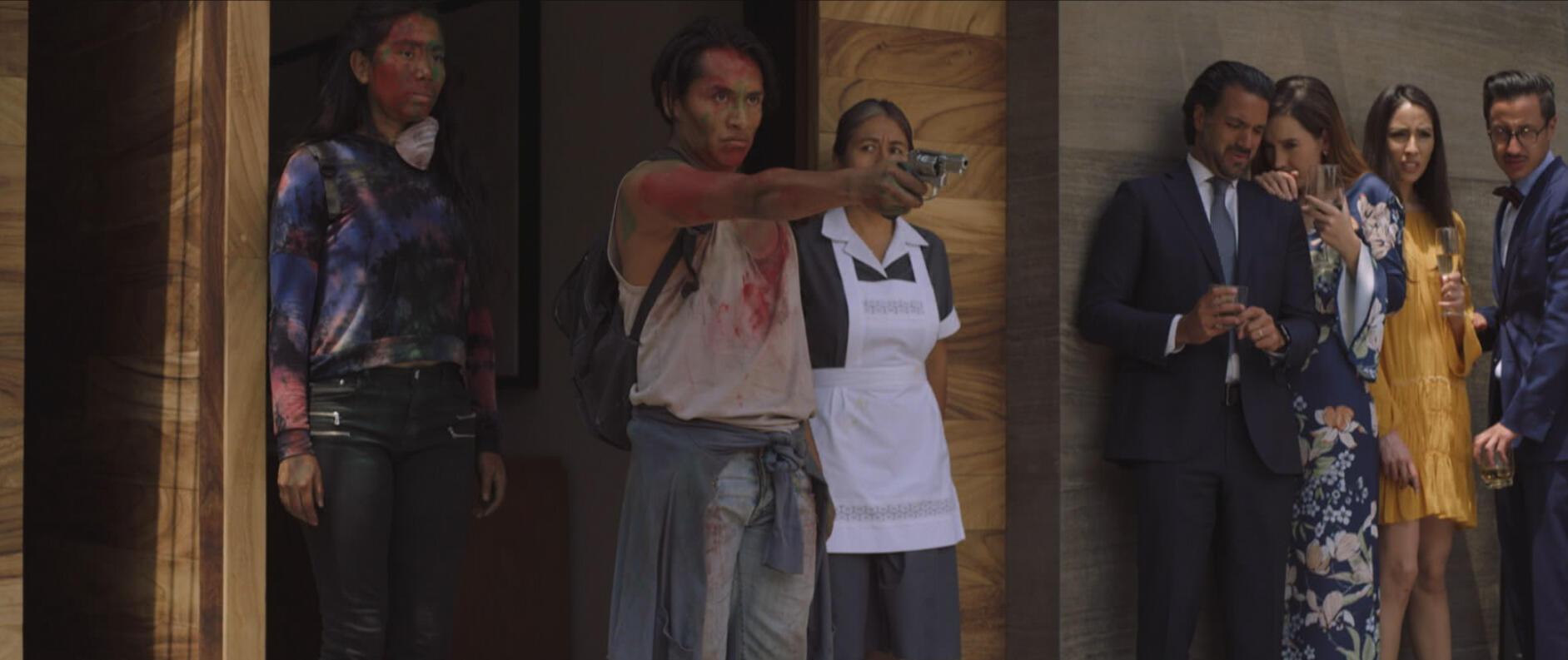 Кадр из фильма. Свадьбу прерывает вторжение агрессивных вооруженных бунтовщиков