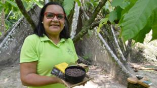Habitante de l'île de Combu, en face de Belém, Dona Nena cultive du cacao biologique et natif de la forêt amazonienne.