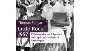 La photo de couverture de «Little Rock 1957» est la célèbre photo d'une étudiante noire se rendant dans le prestigieux lycée de la ville.