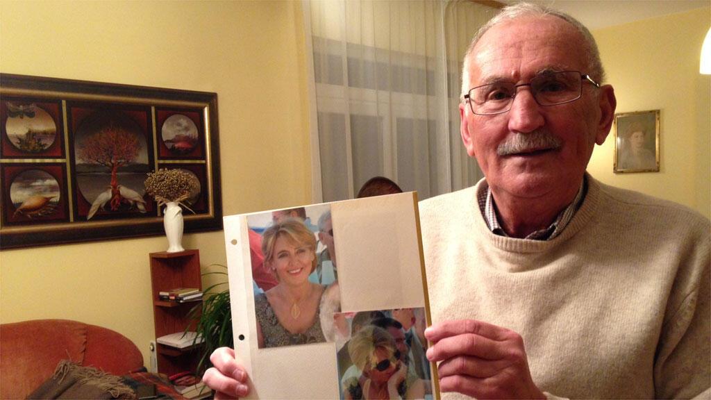 Pawel Deresz brandit la photo de son épouse décédée, la députée Jolanta Szymanek Deresz.