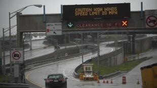 Vents violents sur une autoroute de l'Etat de New York, le 29 octobre 2012.