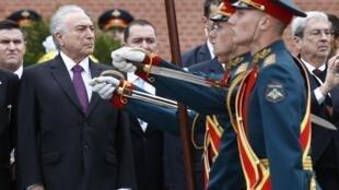 Temer participa de homanegam ao soldado desconhecido em Moscou