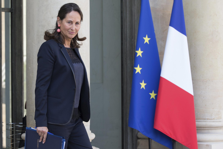La ministre de l'Environnement, Ségolène Royal avec le dossier contenant le projet de loi sur la transition énergétique quittant l'Elysée le 1er octobre.