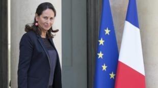 La ministre de l'Environnement, Ségolène Royal avec le dossier contenant le projet de loi sur la transition énergétique quittant l'Elysée, le 1er octobre 2014.