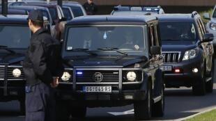 Le convoi de policiers escortant le baron de la drogue des Balkans Darko Šarić, à Belgrade, le 18 mars 2014.