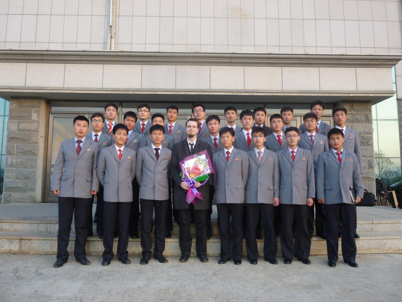 Théo Clement au milieu d'étudiants nord-coréens en 2015.