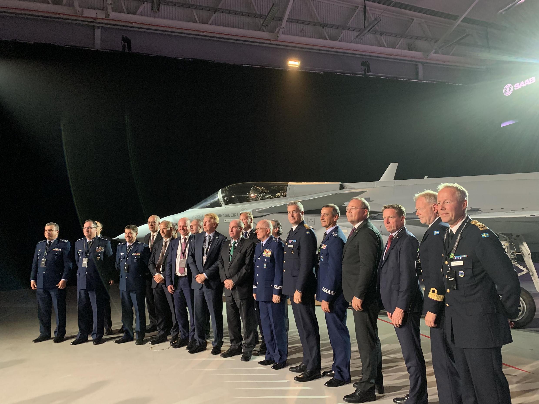 Autoridades políticas e militares do Brasil e da Suécia participaram da cerimônia de entrega do caça Gripen.
