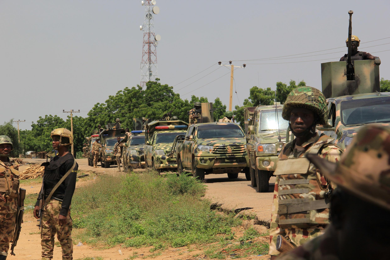 Soldados nigerianos patrullan por una carretera del estado de Borno, al noreste de Nigeria, el 12 de octubre de 2019, después de que presuntos miembros del ISWAP atacaran el pueblo de Tungushe, matando a un militar y a tres habitantes