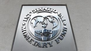 El logotipo del FMI a la entrada de la sede central del organismo, el 27 de marzo de 2020 en Washington