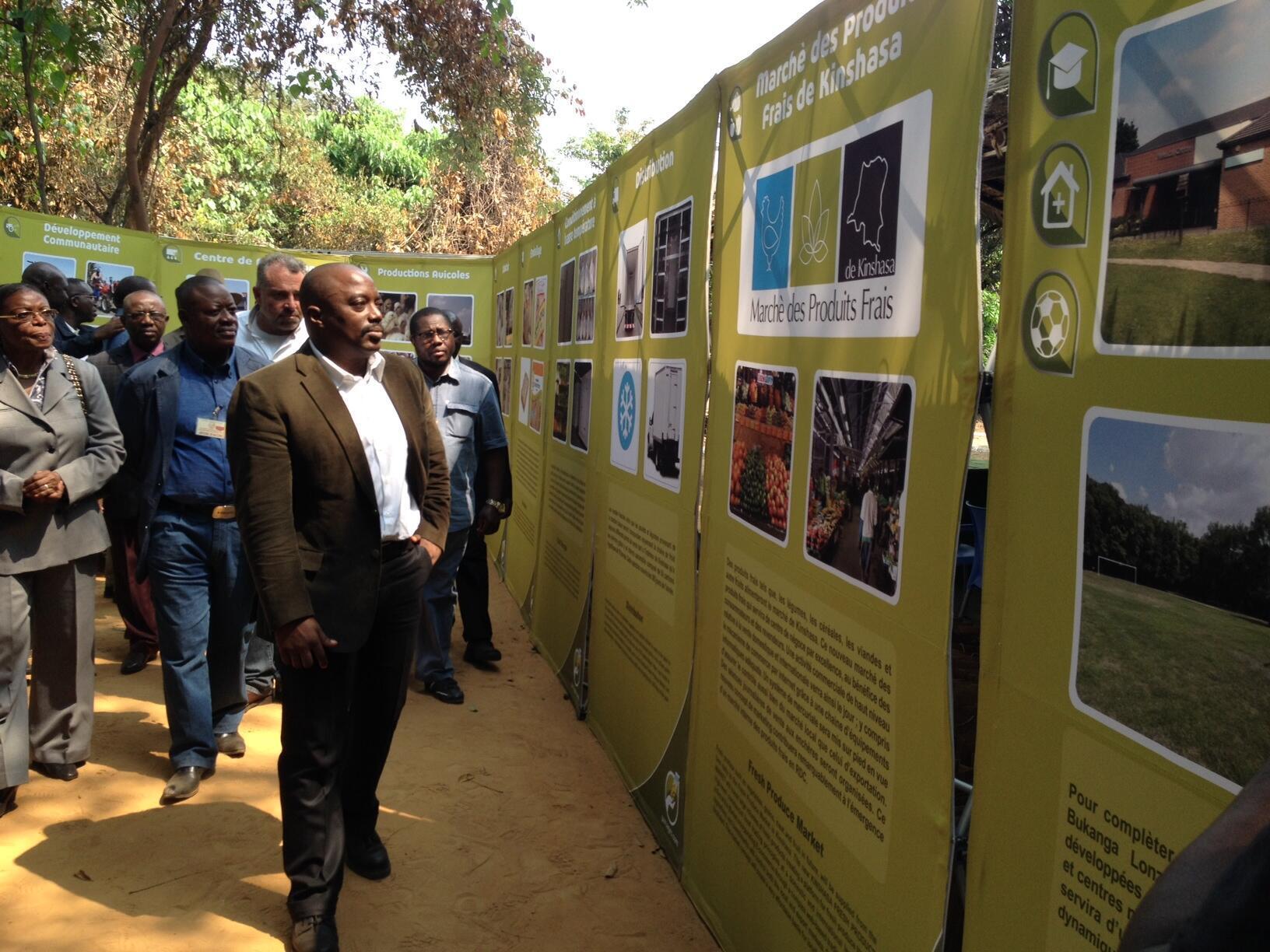 Le président congolais, Joseph Kabila, découvre le projet d'exploitation de l'entreprise sud-africaine Africom dans une ferme de la province du Bandundu, le 15 juillet 2014.