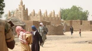 La mosquée au centre du village de Yorou. Ce village peul est de plus en plus isolé à cause du conflit avec le village dogon voisin, à Dangaténé.