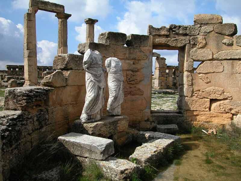 Site archéologique de Cyrène : Colonie des Grecs de Théra, Cyrène fut l'une des principales villes du monde hellénique. Romanisée, elle resta une grande capitale jusqu'au tremblement de terre de 365. Un millénaire d'histoire est inscrit dans ses ruines...