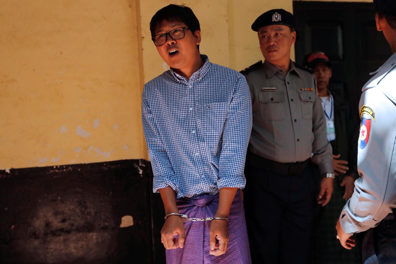 Nhà báo Reuters  Wa Lone bị cảnh sát áp tải tại phiên tòa ở Rangoon (Miến Điện) ngày 01/02/2018.